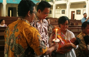 Mas Agung gave a candle, symbol of light